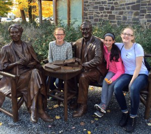 picture of students seated with statues of Franklin and Eleanor Roosevelt
